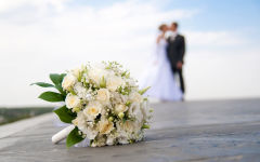 wedding white roses bouquet groom bride kiss